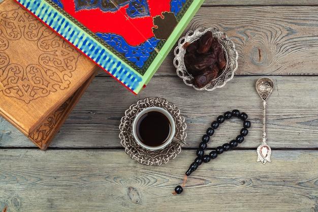 Corano colorato con rosario sullo sfondo in legno. libro sacro per i musulmani per il concetto di ramadan