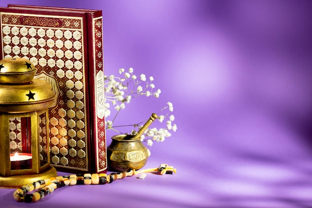Corano con lanterna e tasbih