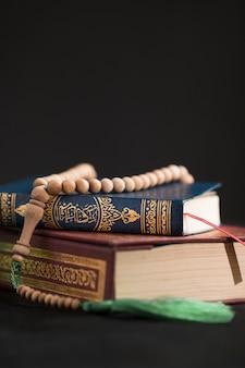 Corano copia-spazio sul tavolo
