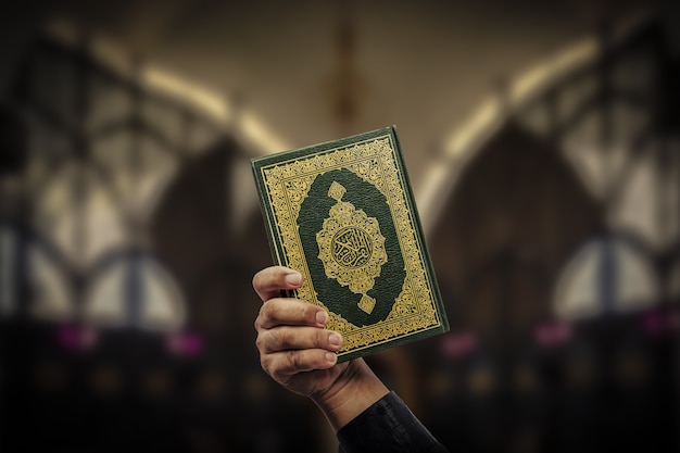 Corano in mano - libro sacro dei musulmani