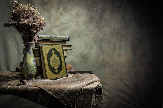 Corano - libro sacro dei musulmani (oggetto pubblico di tutti i musulmani) sul tavolo, natura morta