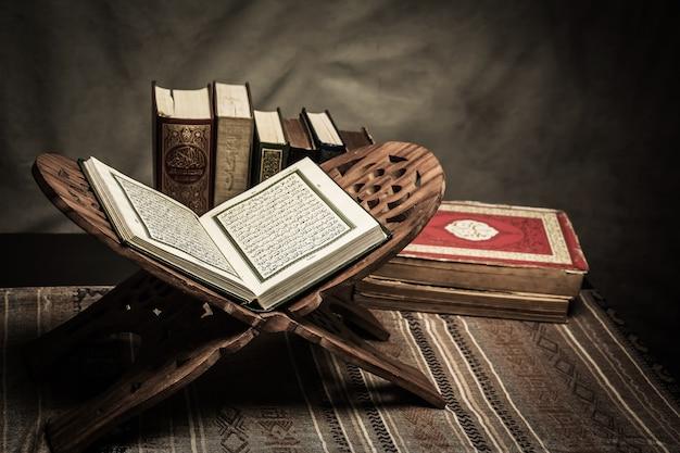 Corano - libro sacro dei musulmani (oggetto pubblico di tutti i musulmani) sul tavolo