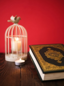 Corano sul tavolo con porta candela vintage a gabbia