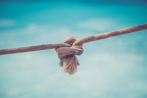 Corda con un nodo su sfondo blu