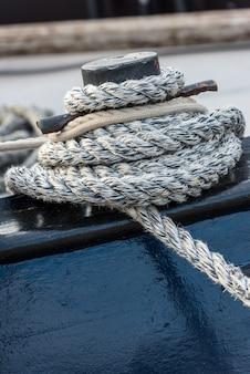 Corda d'ormeggio legata attorno a una bitta
