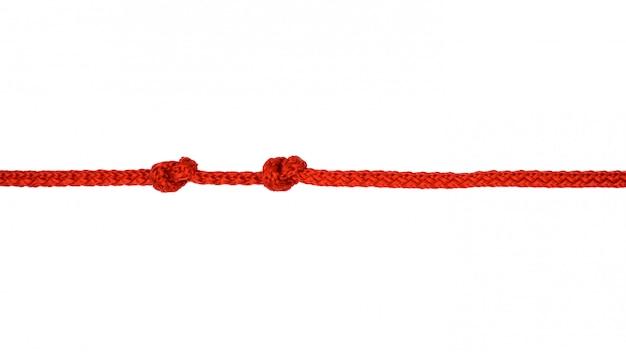 Corda rossa con nodo isolato su sfondo bianco