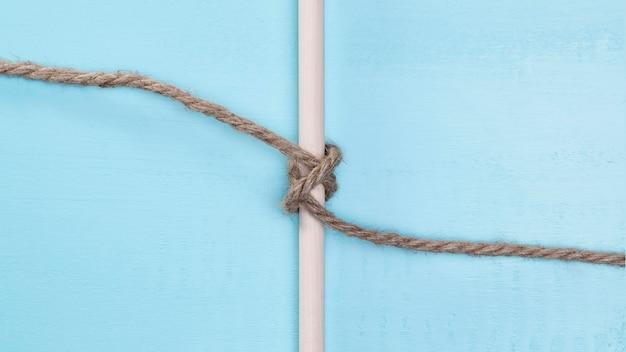 Corda solida marrone che circonda una barra