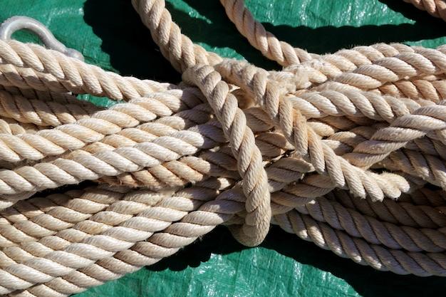 Corda usata bianca chiara marina sopra verde
