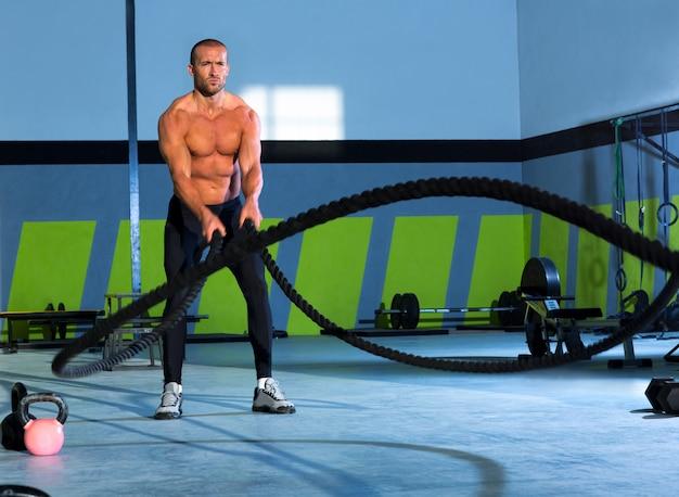 Corde di combattimento di crossfit all'allenamento di allenamento della palestra