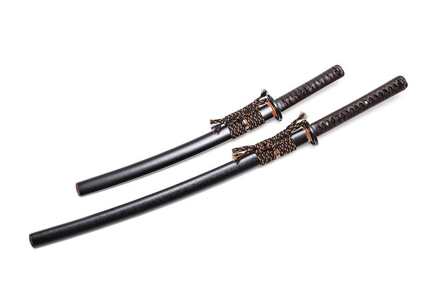 Cordoncino in pelle marrone con impugnatura spada giapponese e fodero nero con montatura in acciaio.