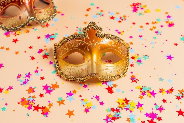 Coriandoli di maschere e stelle dorate