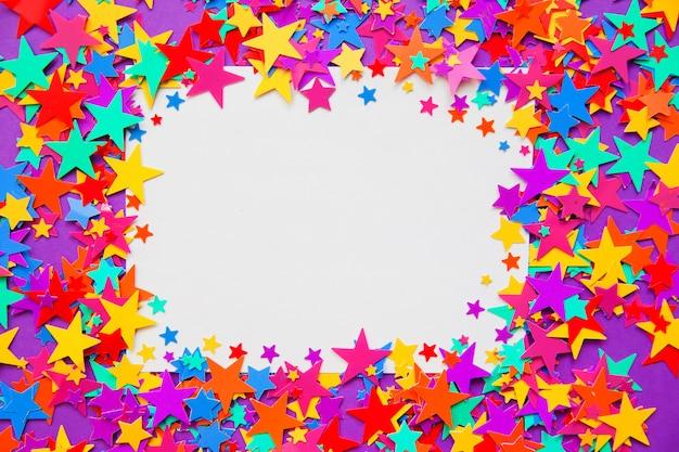 Coriandoli di stelle su uno sfondo viola, cornice