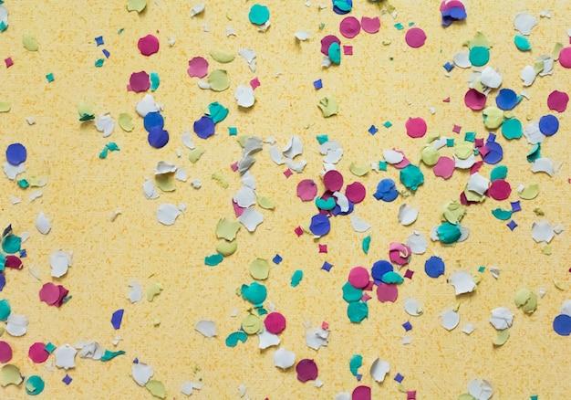 Coriandoli su sfondo giallo