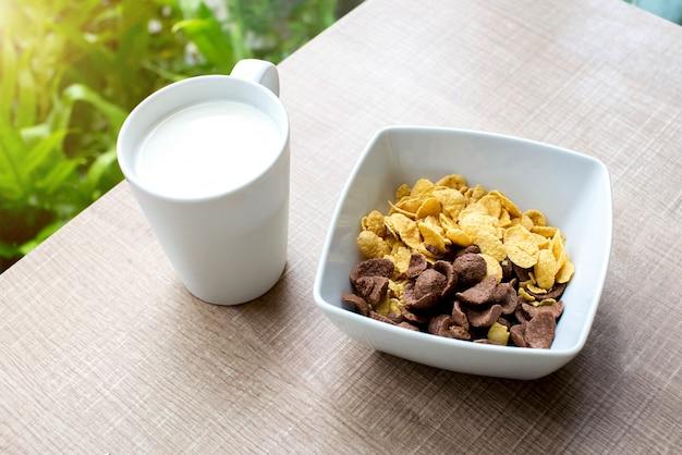 Corn flakes e bicchiere di latte