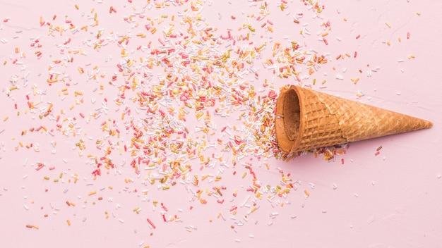Cornetta e granelli di gelato vuoti