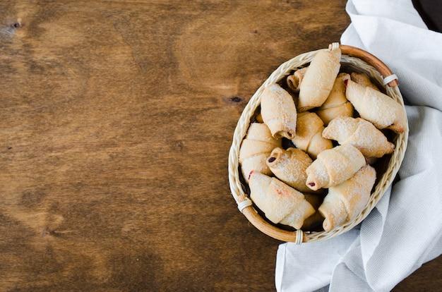 Cornetti appena sfornati fatti in casa con marmellata ripieno per colazione o merenda.