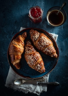 Cornetti e caffè espresso. colazione del mattino colazione francese vista dall'alto