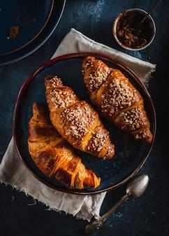 Cornetti e cioccolato. colazione del mattino colazione francese vista dall'alto