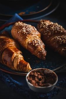 Cornetti e cioccolato. colazione del mattino colazione francese
