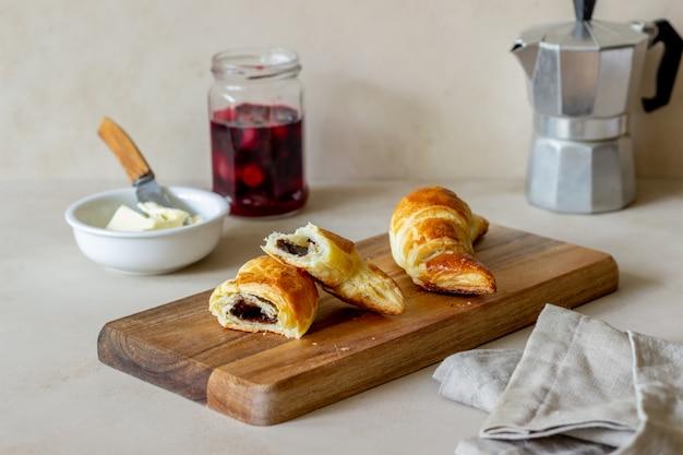 Cornetti francesi ripieni al cioccolato. baking. cucina nazionale. colazione. cibo vegetariano.