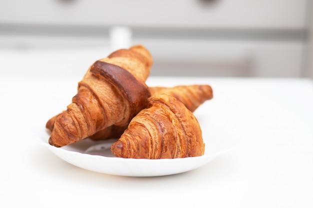 Cornetti su un piatto bianco. la colazione è deliziosa e salutare.