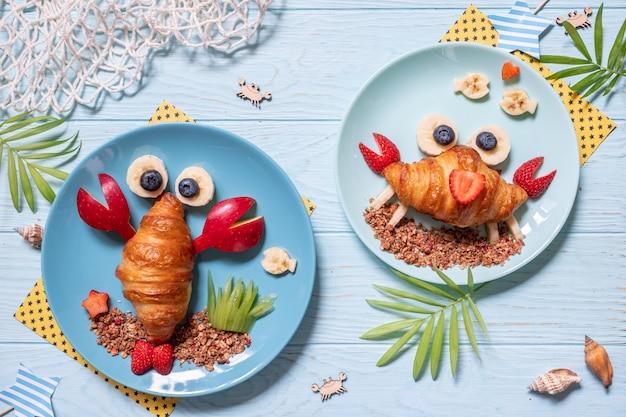 Cornetto di granchio con frutta per la colazione dei bambini