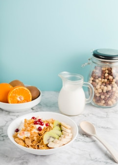 Cornflakes ad alto angolo con yogurt e frutta