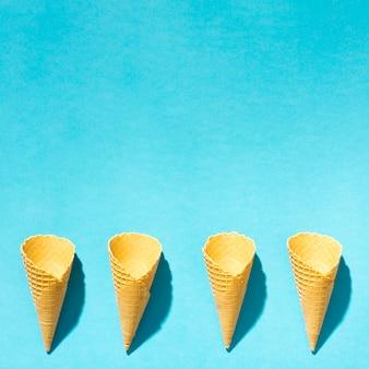 Corni di wafer gelato croccante su sfondo colorato