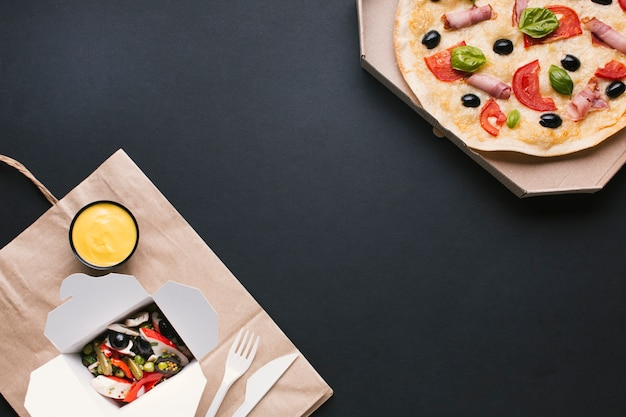 Cornice alimentare con pizza e insalata