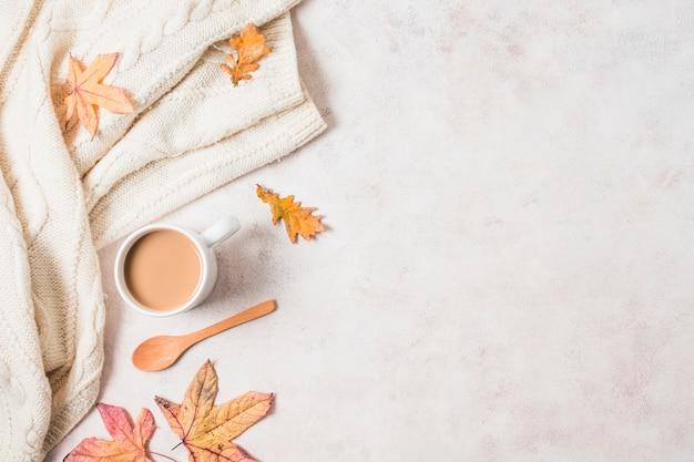 Cornice autunnale di tazza e maglione di caffè