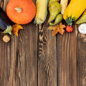 Cornice autunnale su fondo in legno