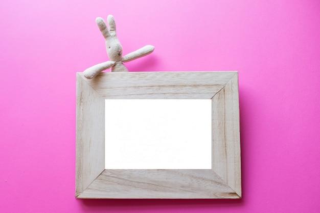 Cornice bambini per foto con giocattolo per bambini su rosa. cornice di compleanno