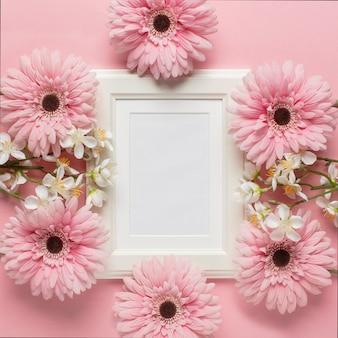 Cornice bianca circondata da fiori
