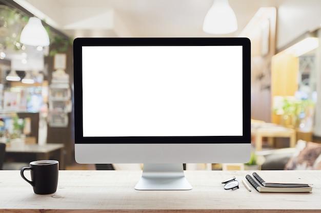 Cornice bianca del desktop computer sul tavolo da lavoro