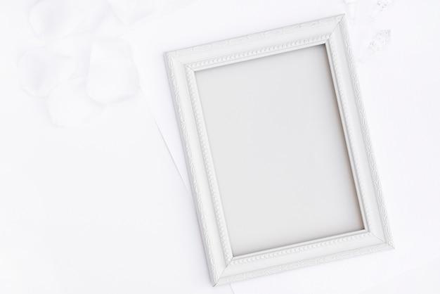 Cornice bianca piatta con copia spazio
