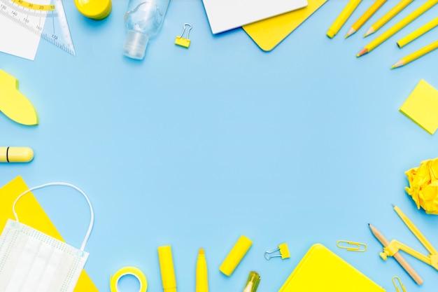 Cornice circolare con materiale scolastico