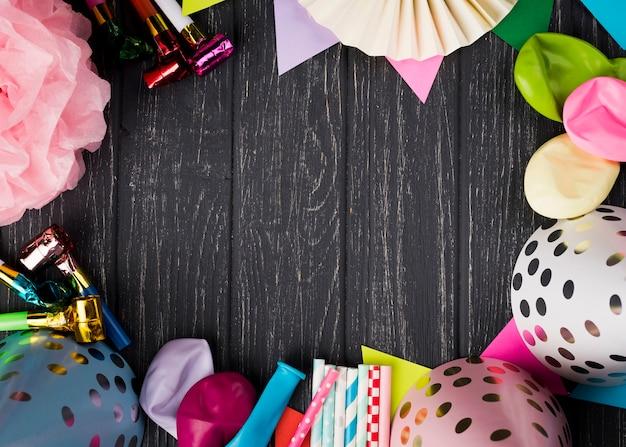 Cornice circolare con ornamenti su fondo in legno