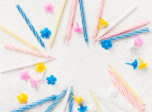 Cornice circolare vista dall'alto con candeline di compleanno