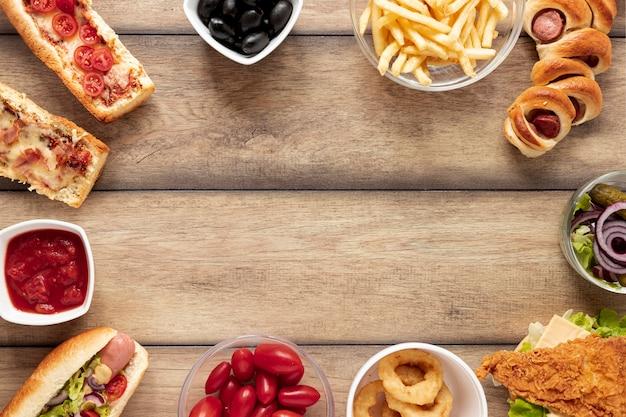 Cornice circolare vista dall'alto con cibo e copia-spazio