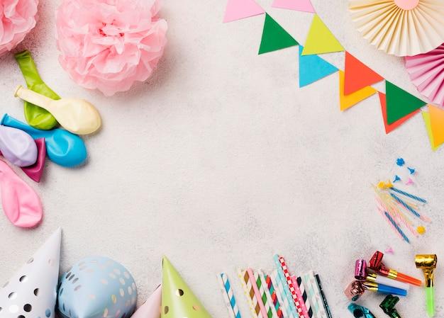 Cornice circolare vista dall'alto con decorazioni di compleanno