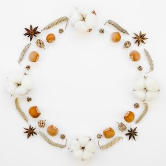 Cornice circolare vista dall'alto con ghiande e fiori di cotone