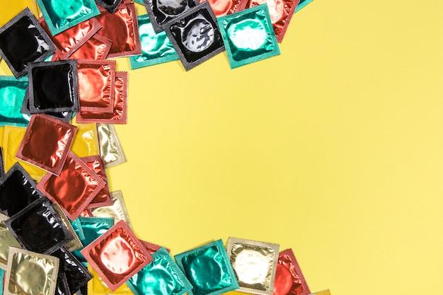 Cornice circolare vista dall'alto con preservativi colorati