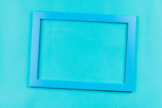 Cornice color acquamarina su sfondo blu brillante.