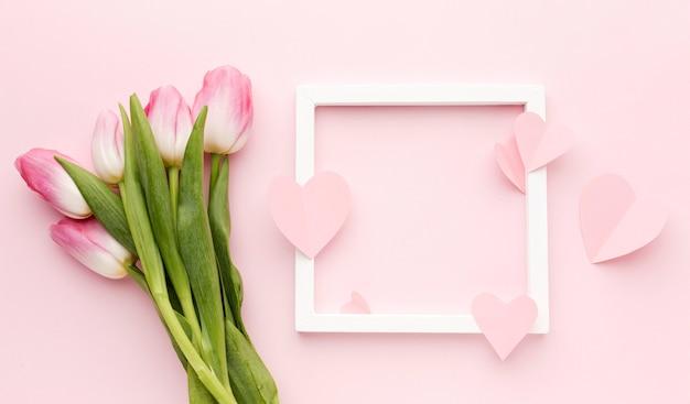 Cornice con bouquet di tulipani accanto