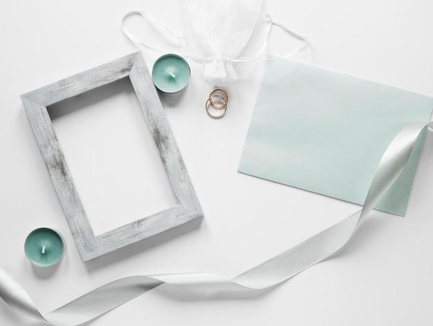 Cornice con carta di matrimonio