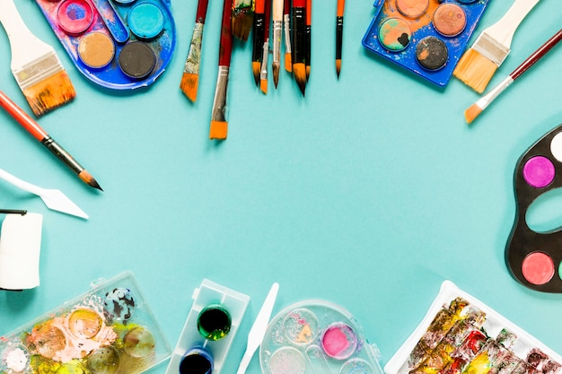 Cornice con collezione di strumenti per artisti