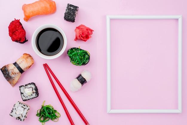 Cornice con involtini di sushi accanto