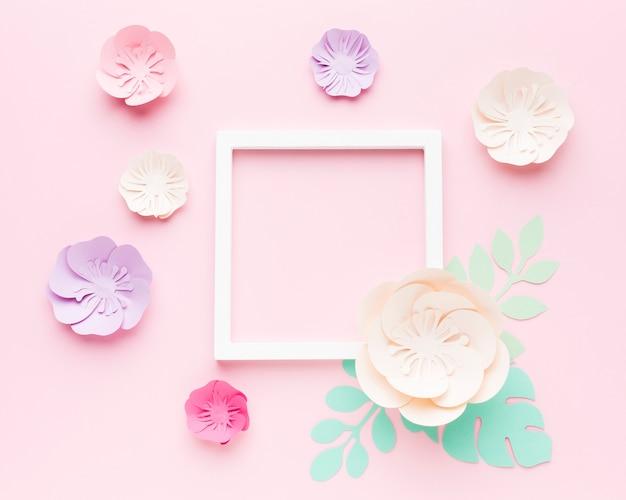 Cornice con ornamento floreale di carta