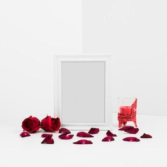 Cornice con rose rosse sul tavolo