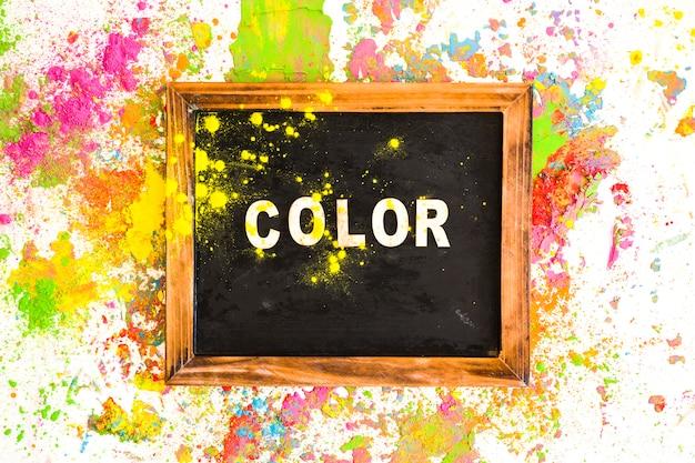 Cornice con scritta a colori tra colori brillanti e secchi